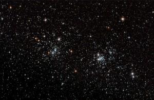 De åbne stjernehobe NGC 869 og NGC 884. Den dobbelte stjernehob NGC 869 (til højre) og NGC 884 (til venstre) i stjernebilledet Perseus. Foto: Wikimedia Commons