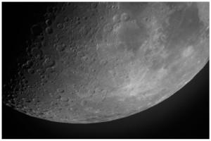 Månen optaget med 40cm kikkerten 29. november 2014, 9 dage efter nymåne. Foto: Ola Jakup Joensen.