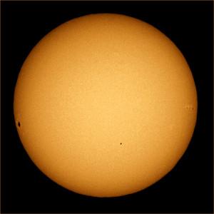 Merkurpassagen 8. november 2006. Merkur ses som en lille sort plet under midten og lidt til højre på solskiven. Foto: Brocken Inaglory, Wikimedia Commons
