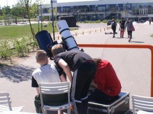 Tre elever fra Nordstjerneskolen i Helsinge ser merkurpassagen.