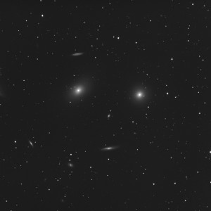 Den himmelske smiley og nogle af de andre galakser i Virgo galaksehoben. Foto: Hyperion 130, Wikimedia Commons.